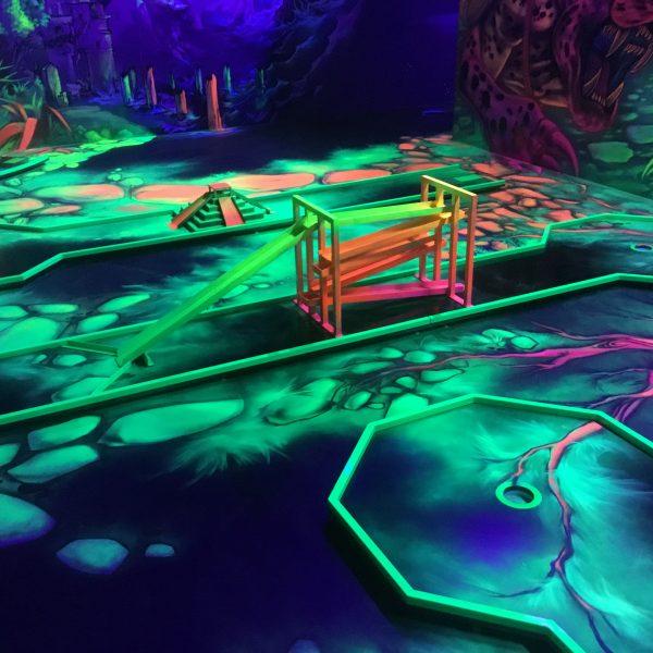 Schwarzlicht Minigolfhindernisse im Dschungeldesign
