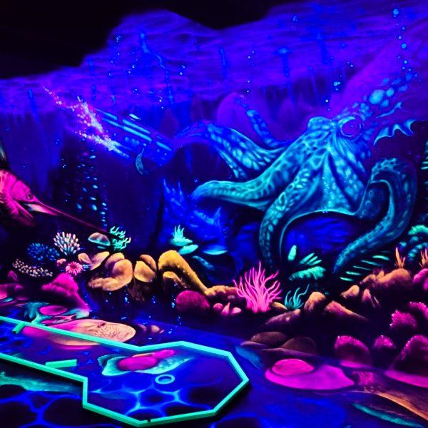 Schwarzlicht Minigolfhalle mit Wandbemalung