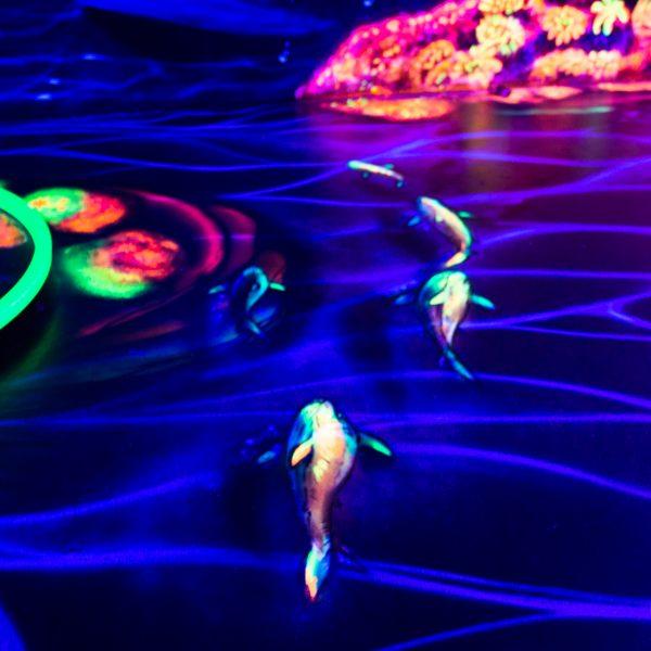 Schwarzlicht Kunst - Fische auf einer Schwarzlicht Minigolfanlage