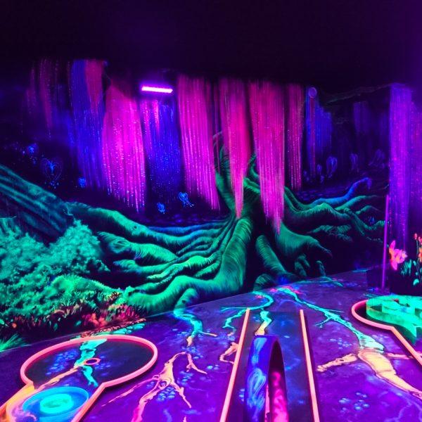 Avatar Graffitikunst in einer 3D Schwarzlicht Minigolfhalle